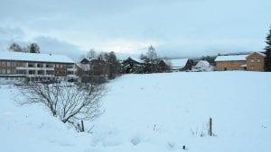 MASSEUTSKIFTNING: Til sommeren blir det masseutskiftning på tomta mellom Bjørnsmoen og Domus. Når leietakere er på plass, startet Skarpsno Tynset AS å bygge. Foto: Erland Vingelsgård