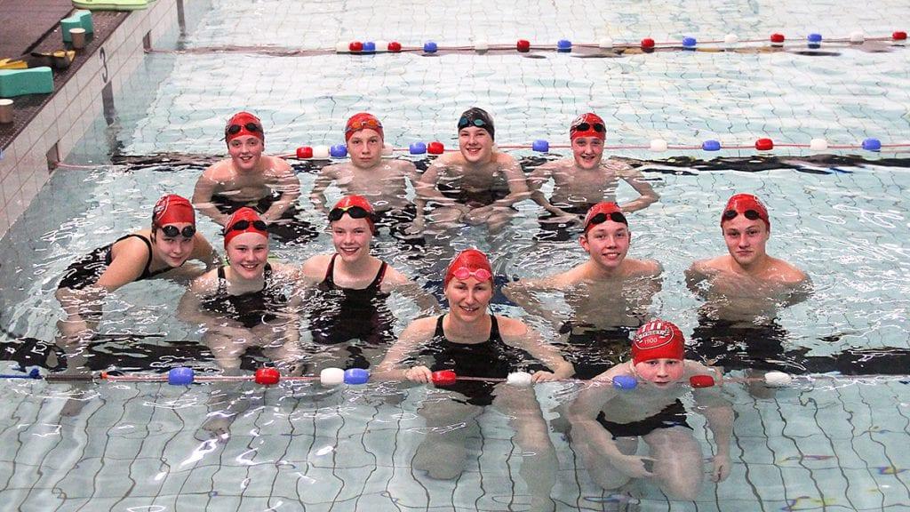 Stråler over åpen svømmehall og ny trener