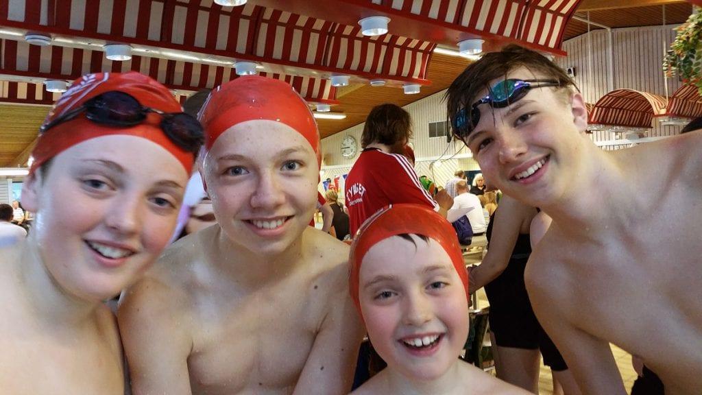 Johan svømte stafett med de store gutta