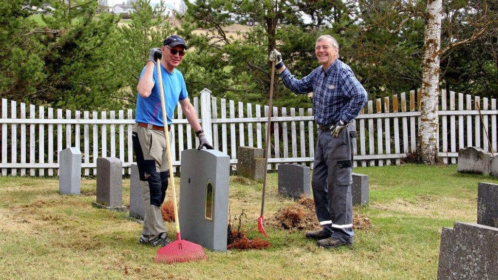 TRIVELIG: Håvard Motrøen (t.v.) og Simen Kalbækken møter gjerne opp på vårdugnad på kirkegården. Her slår de av en prat under fjorårets dugnad. Foto: Anne Skjøtskift