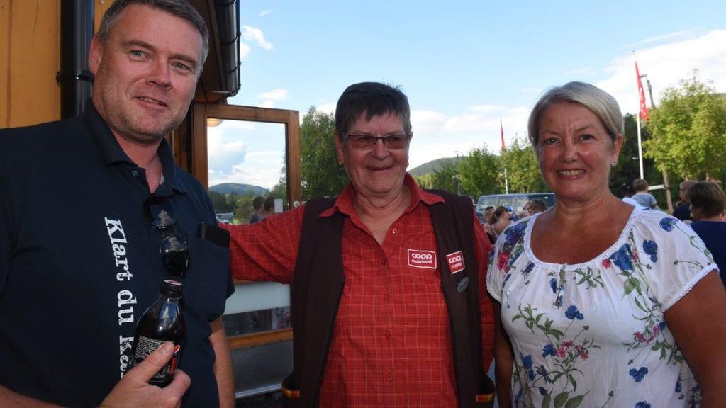 FORNØYD TRIO: Dag Aril Brelin, Anne Grethe Moen og Astrid Hagen (til høyre) var lettet og glade da bygdefolket nå er informert om den positive framtida for butikken i bygda. Foto: Jan Kristoffersen