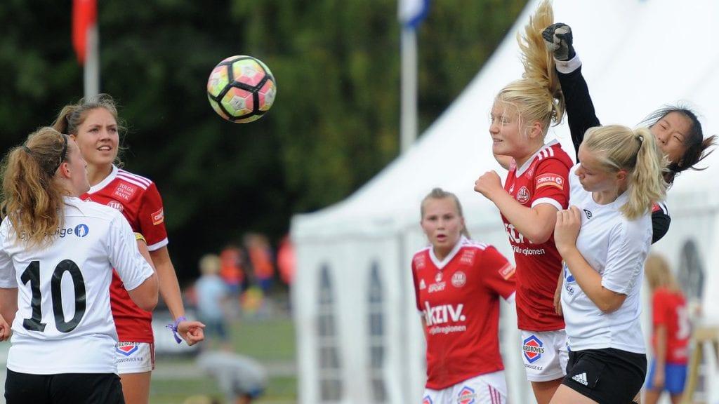 AVSLUTTER PÅ NORWAY CUP: Kari Sollid Nordvang (til høyre i rødt) skal spille Norway Cup for Tynset før hun drar til Mallorca for å spille fotball. Foto: Ivar Thoresen