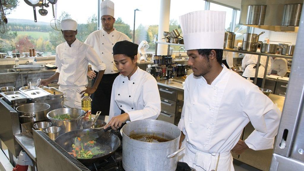 FRISTENDE LAMMERETTER: Phattharanan Pinthongkam og Alex Aasbrenn lager og serverer maten i et rykende tempo. Foto: Tore Rasmussen Steien