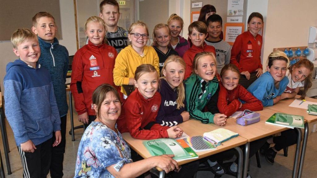SKAL JUBILERE: Rektor Marte Grann Vingelen ved Fåset skole, her sittende foran 6. - og 7. klasseelevene lover jubileumsmarkering ved skolen. Foto: Jan Kristoffersen