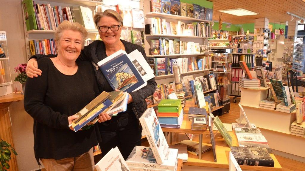 JUBILEUMSBOK: Marit Arnesen er i ferd med å justere siste avsnitt på jubileumsboka som kommer i løpet av en måneds tid. Det ser bokhandler Siri Strømmevold fram til. Foto: Erland Vingelsgård