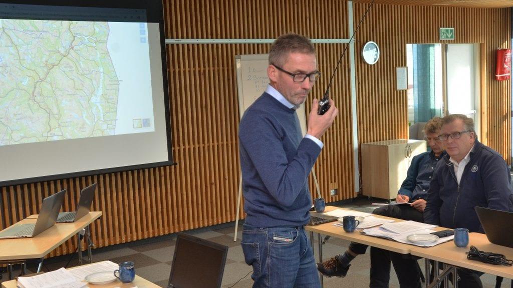 VIKTIG SAMBAND: Fellingsleder Jo Esten Trøan demonstrer sambandsutstyret som er rigget opp med blant annet en sender på Tronfjell. Til høyre ser vi statssekretær Atle Hamar. Foto: Erland Vingelsgård