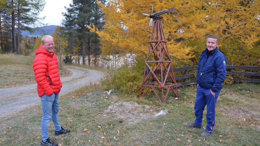 MÅ VENTE: Simen Steigen og Jan Inge Gjermundshaug må vente på en litt større prosess rundt boligfeltene i området. Foto: Erland Vingelsgård