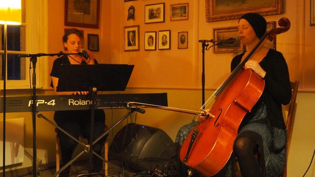RETT STEMNING: Siri og Anne Linn mente at Bortistu var rett konsertarena for deres konsept. Foto: Audun Jøstensen Lutnæs