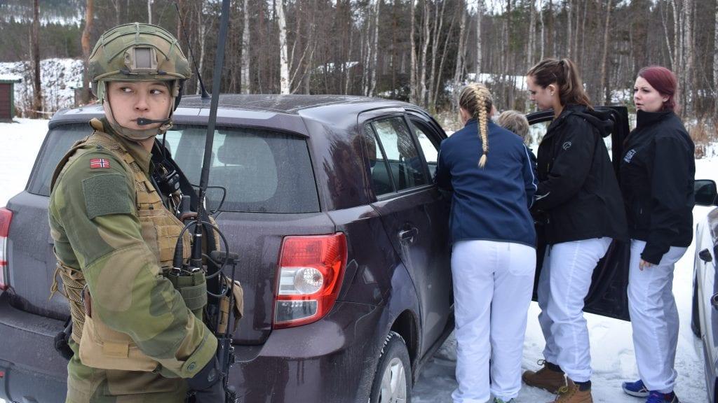 TRYGGHET: Militært personell og hjemmetjenesten i Tynset sørget for at pasienten trygt ble ført til legevakten. Foto: Torstein Sagbakken.