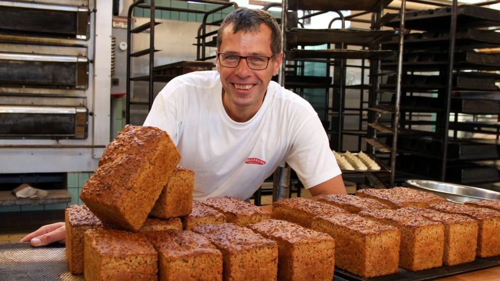 BYGG: André van Dijk viser stolt fram Waagan bakeris nye byggbrød, som han nettopp har att ut av bakerovnen. Foto: Anne Skjøtskift