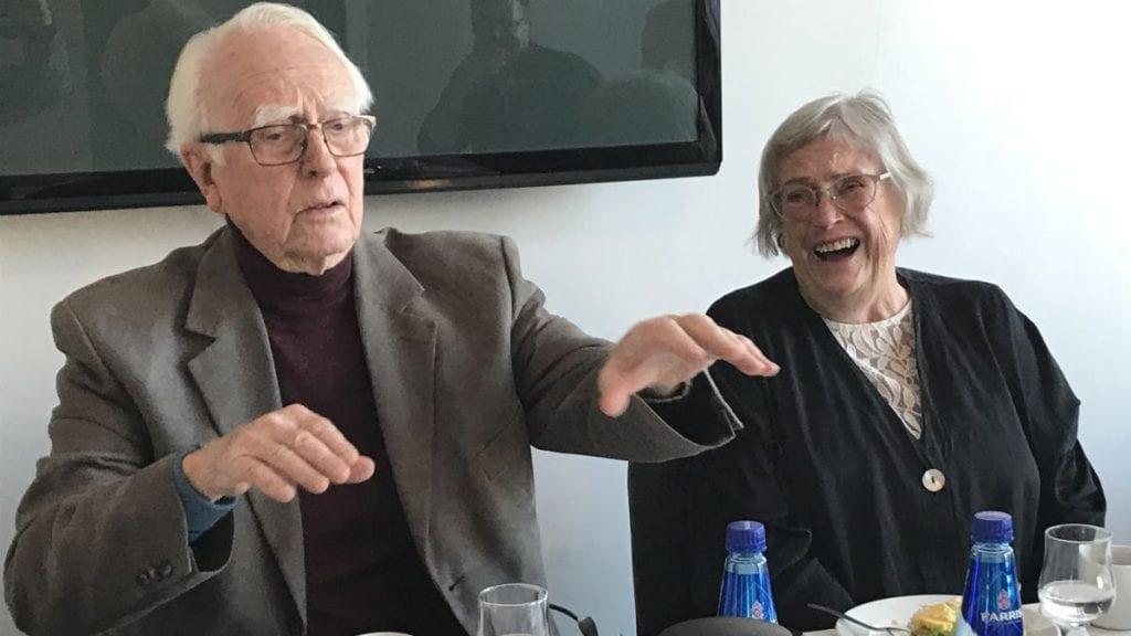 MELLOM TO PERMER: En uvant situasjon for både Ola og Unni-Lise Jonsmoen er det at nå er det boka om dem som er klar. Foto: Jan Kristoffersen