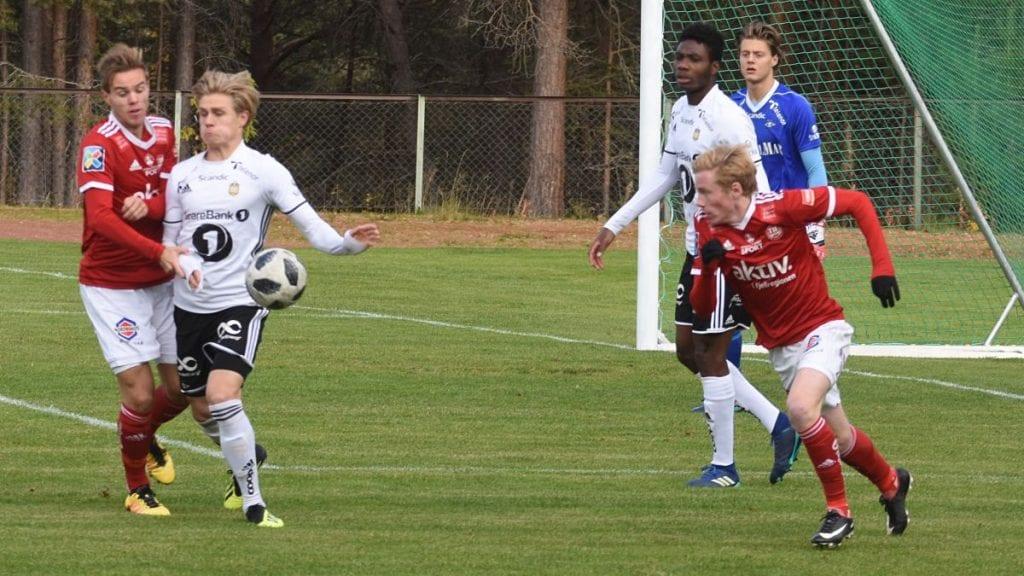 MED VIDERE: Ola Bergfall Brovold (til venstre av de rødkledde tynsetspillerne) og Erling Kleppo Vangen er med videre denne sesongen. Foto: Jan Kristoffersen