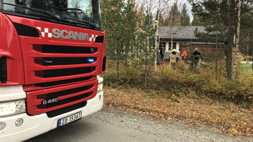 TRE UTRYKNINGER: I løpet av få timer tirsdag måtte brannvesenet rykke ut tre ganger til denne boligen i Lyngveien. Ingen personer ble fysisk skadet på grunn av branntilløpene. Foto: Jan Kristoffersen