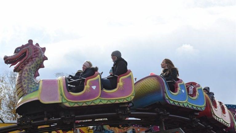 KJØRTE I GANG: Med full rulle på tivoliet ved Domus var årets mart'n for alvor i gang for den yngre garde. Foto: Jan Kristoffersen