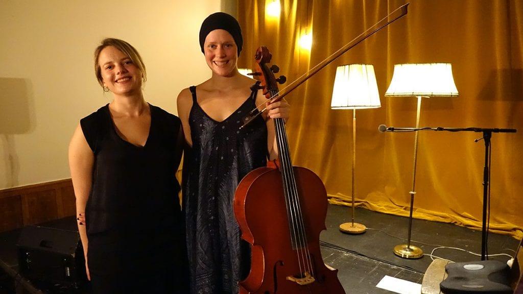 FORNØYDE DEBUTANTER: Etter sin første konsert som Siri & Anne Linn strålte Siri Snortheim (til høyre) og Anne Linn Vingelsgaard Schärer. Foto: privat