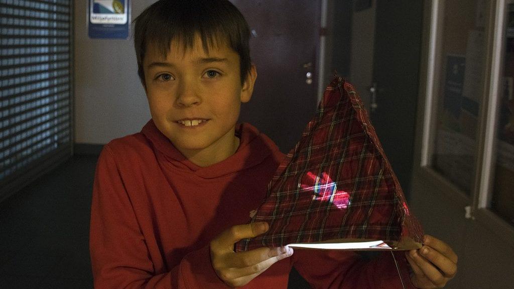 BLE LYS: Sigurd Aurel Solvang er strålende fornøyd med at han klarte å lage sin egen lampe. Foto: Tore Rasmussen Steien