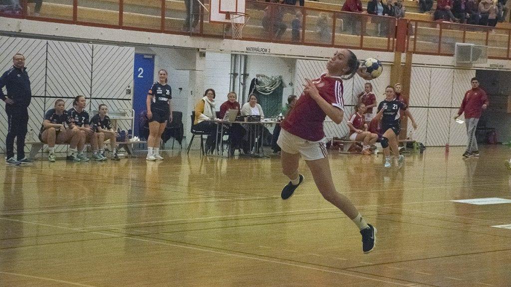FRITT LEIDE: Tynsets Mariann Steen så muligheten og stormet ballen i mål flere ganger under første omgang. Foto: Tore Rasmussen Steien