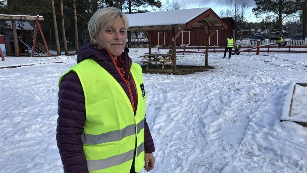 FORBEREDELSER ER GJORT: Styrer ved Øyan barnehage, Karianne Holøyen, forteller at de har gjort forberedelser på hva som blir en realitet neste uke med Nato-øvelsen så godt som rett utenfor barnehagen. Foto: Jan Kristoffersen
