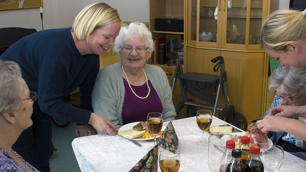 DEILIG MAT: Avdelingsleder på langtidsavdelingen Hilde Akre-Hansen serverer Aud Nysted som synes det hele ser fristende ut. Foto: Tore Rasmussen Steien