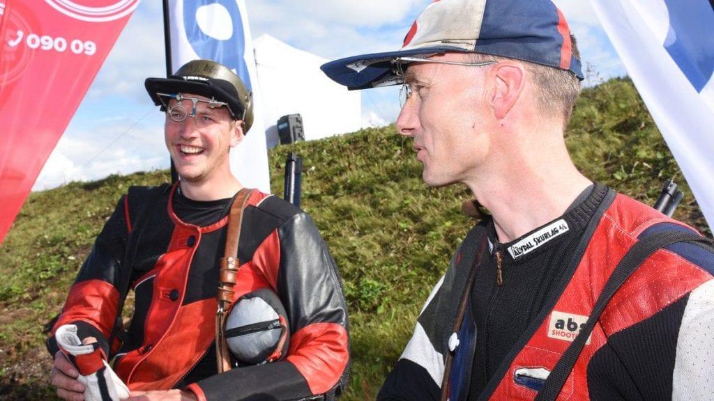 FIKK KONSESJON: Tormod Vollan Oldertrøen (til venstre), her i samtale med skytterkollega Yngvar Brohaug under Landsskytterstevnet i sommer, fikk konsesjonssøknaden sin godkjent i formannskapet. Foto: Jan Kristoffersen