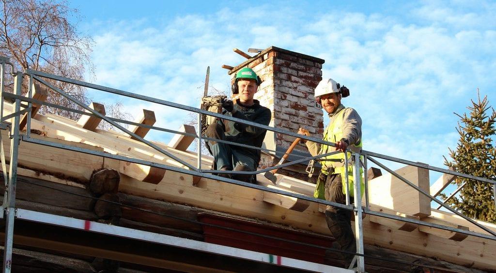 HØYT OPPE: Jørgen Mælen (t.v.) og Frank Erik Holm legger nytt tak på våningshuset på Bortistu Neby. Foto: Anne Skjøtskift