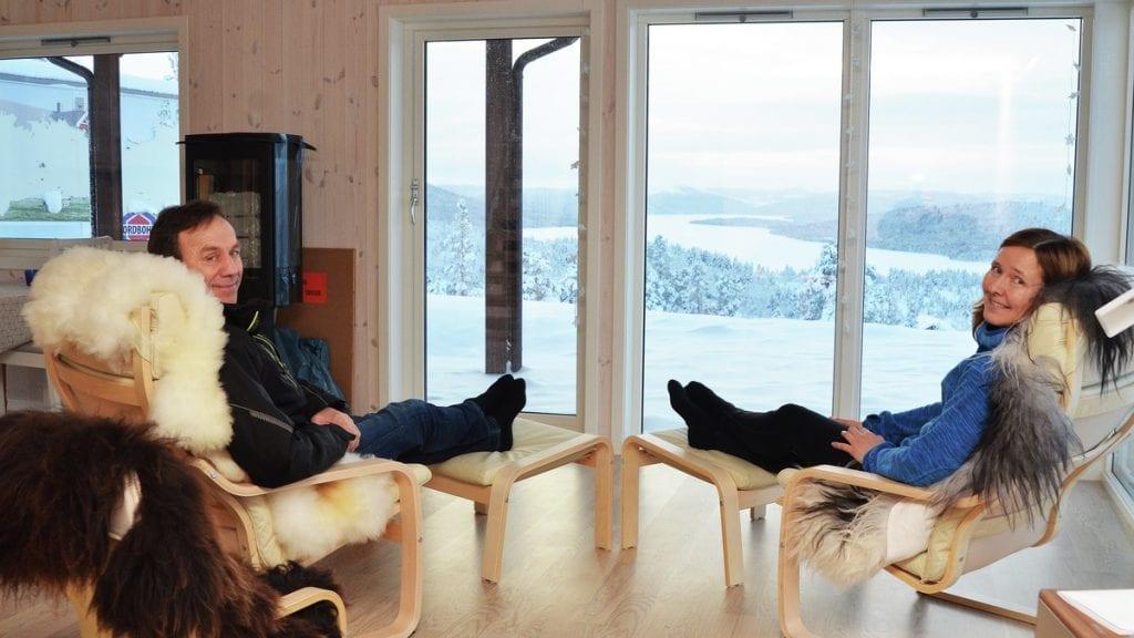 SNART EN KOLLEGA: Trond Motrøen ser snart ut til å få med seg en selger på bolig – og hyttemarkedet. Her er han sammen med Kathrine Strømmen i en hytte på Klevan. Foto: Erland Vingelsgård