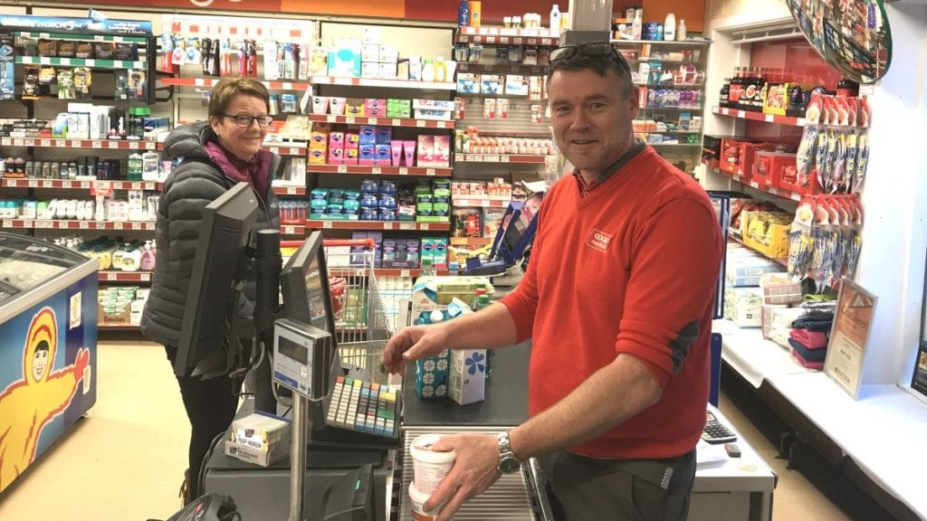 FORNØYD BUTIKKSJEF: Dag Arild Brelin har gode dager som butikksjef på Coop Marked. Og Oddny Moen er godt fornøyd med at det fortsatt er og ser ut til å bli butikk i bygda. Foto: Jan Kristoffersen