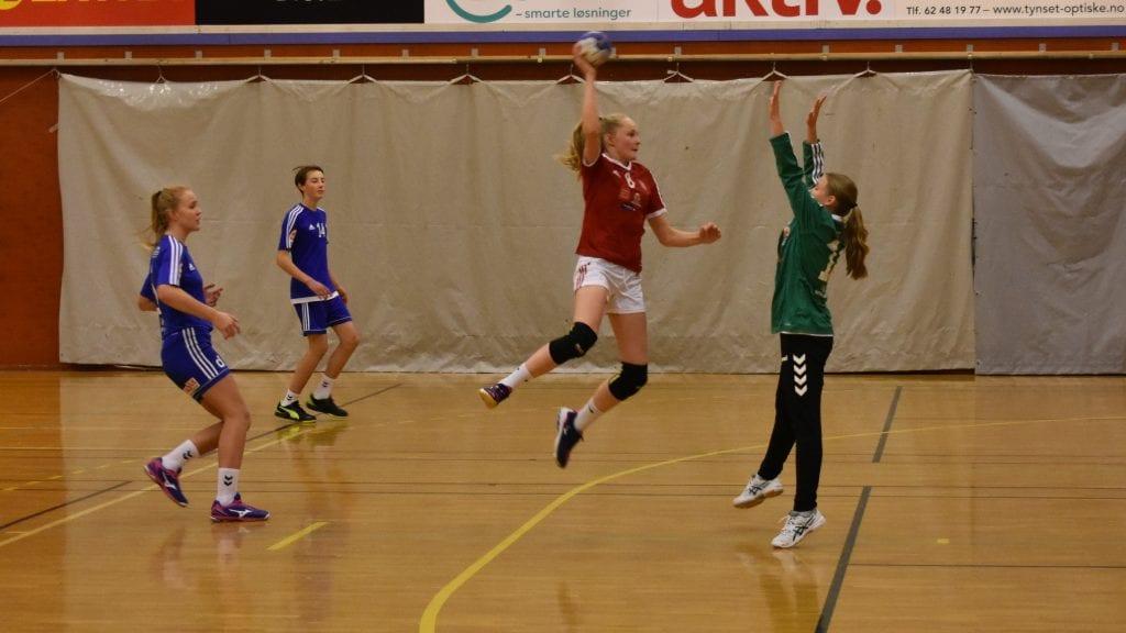 OVER KEEPER: Katrine Telgardsenget tenkte raskt da hun fikk sjansen og la ballen over Alvdals sisteskanse. Foto: Torstein Sagbakken.