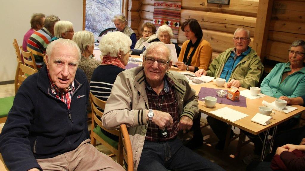 HYGGE: Pensjonistene trivdes på eldrekafé på Ramsmoen. Her er Birger Rognstad (t.v.) og Ola Thorbjørn Sørhus i hyggelig samtale. Foto: Anne Skjøtskift