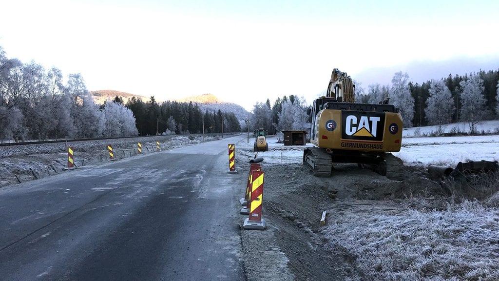 FIRE KILOMETER: Fylkesveg 681 mellom Auma og Kjæreng skal få ny asfalt for fire millioner kroner, og det lange grusstrekket vil forsvinne. Foto: Erland Vingelsgård