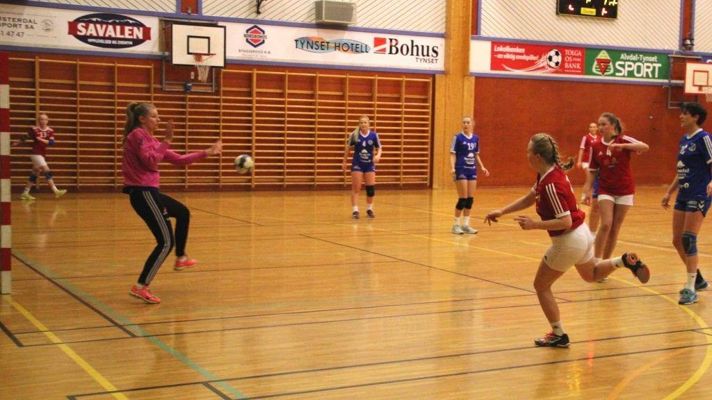 SCORER: Camilla Grøntvedt scorer her på Surnadals målvakt, men Tynsetdamene tapte kampen med 20-30. Foto: Anne Skjøtskift
