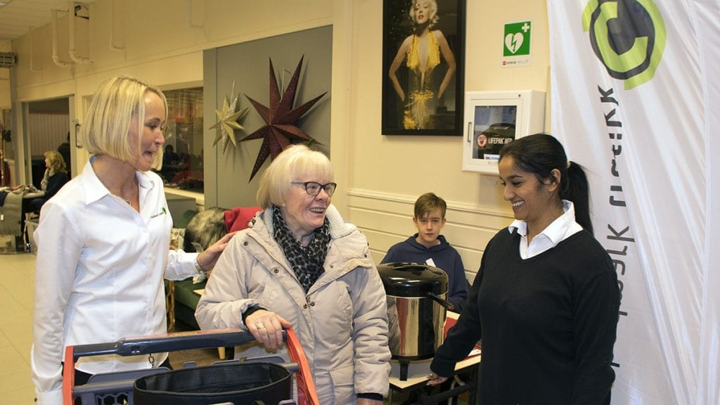 BRA TILBUD: Monika Funk Sortodden synes markedssjef Cathrine Glomsvoll (til høyre) og Anita Glomsvoll fra Hedmark Trafikk har et godt tilbud. Foto: Tore Rasmussen Steien