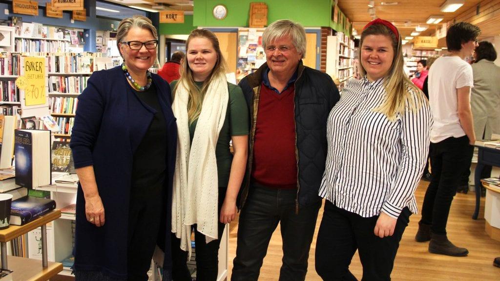 FEIRER: Familien Strømmevold feiret lørdag Tynset bokhandels 100 årsjubileum. Fra venstre: Siri, Ingvild, Hans-Morten og Arna. Jarand Otto var ikke til stede. Foto: Anne Skjøtskift