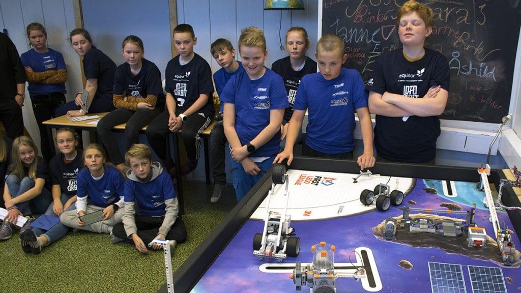 SPENNING: Einar Brekken, Jakob Mælen og Linus Brennhaug følger spent med om roboten gjør det den skal. Foto: Tore Rasmussen Steien