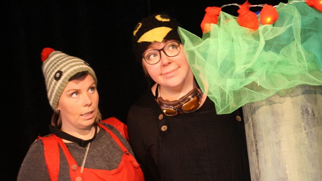 FUGLESØSTRE: Anne Goro og Ragnhild Tronsmo Haugland fyller rollene som Robyn Rødstrupe og Rasmus Svarttrost. Foto: privat