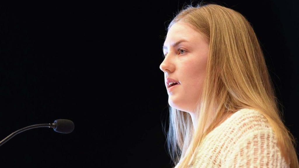 FOKUS PÅ LANDRBRUKET: Tynset-jenta talte under Arbeiderpartiets landsmøte om hvor viktig et berekraftig landbruk er. Foto: Hedmark Ap.
