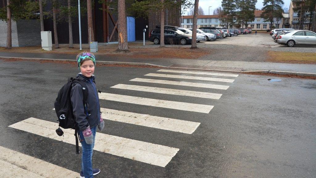 TRYGGERE ADKOMST: Andreas er på tur til skolen, og nå skal det bli et gangfelt langs Holmenhallen, i dag må han gå mellom bilrekkene for å komme inn på skoleplassen. Foto: Erland Vingelsgård