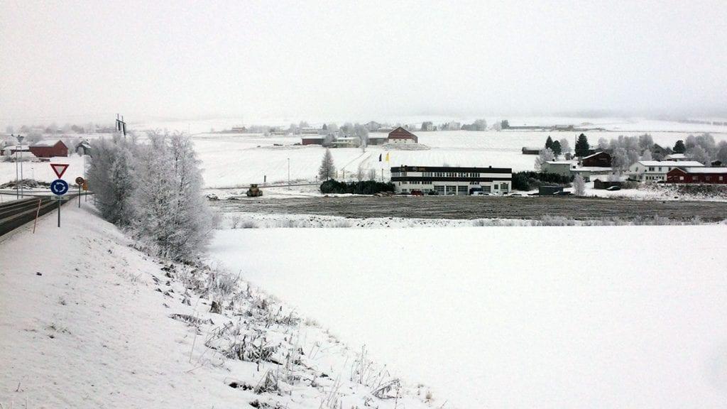 MÅ VURDERES PÅ NY: Høyre mener kommunen må vurdere å tilby Biltema plass mellom brua og Røroskrysset. Foto: Erland Vingelsgård