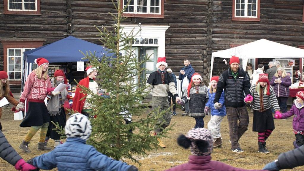JUL: For første gang åpnet Bortistu' julemarkedet med å tenne julegran. Foto: Tore Rasmussen Steien