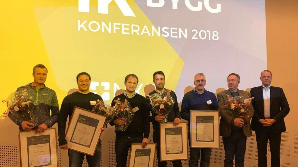 PRISET: Leder for eiendomsavdelingen i Tynset kommune, Trond Vingelsgaard (nummer 3 fra venstre), mottok prisen for komunen. Foto: privat