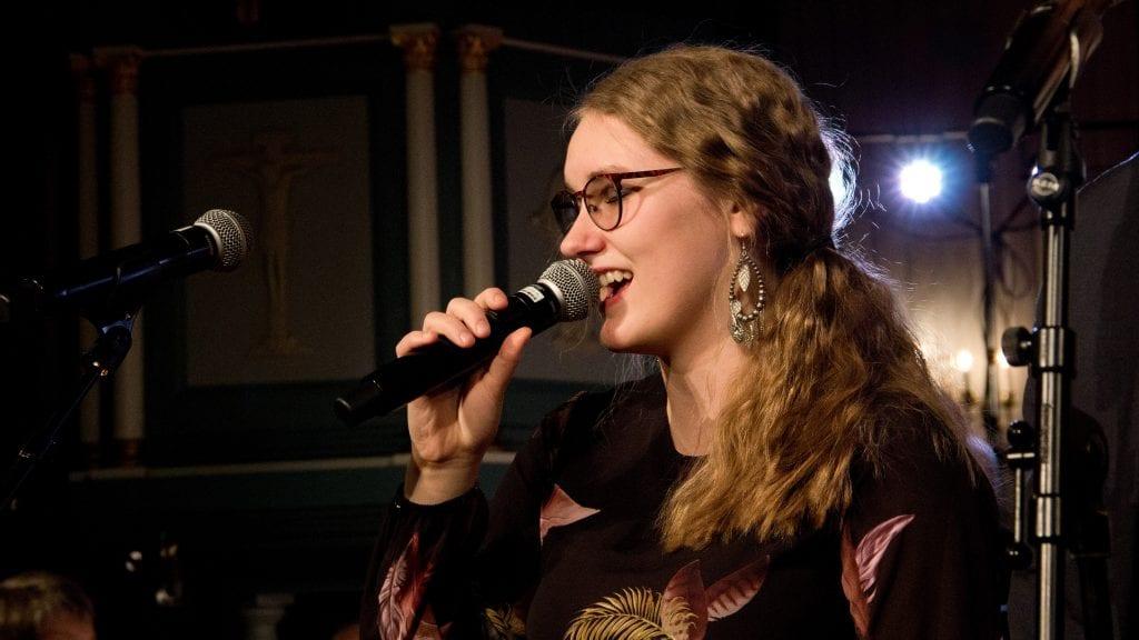 NOMINERT: Julie Nordpoll Sagli er Tynsets kandidat til å få Drømmestipendet 2019. Her synger hun Pie Jesu på konserten Tusen julelys i desember. Foto: Anne Skjøtskift