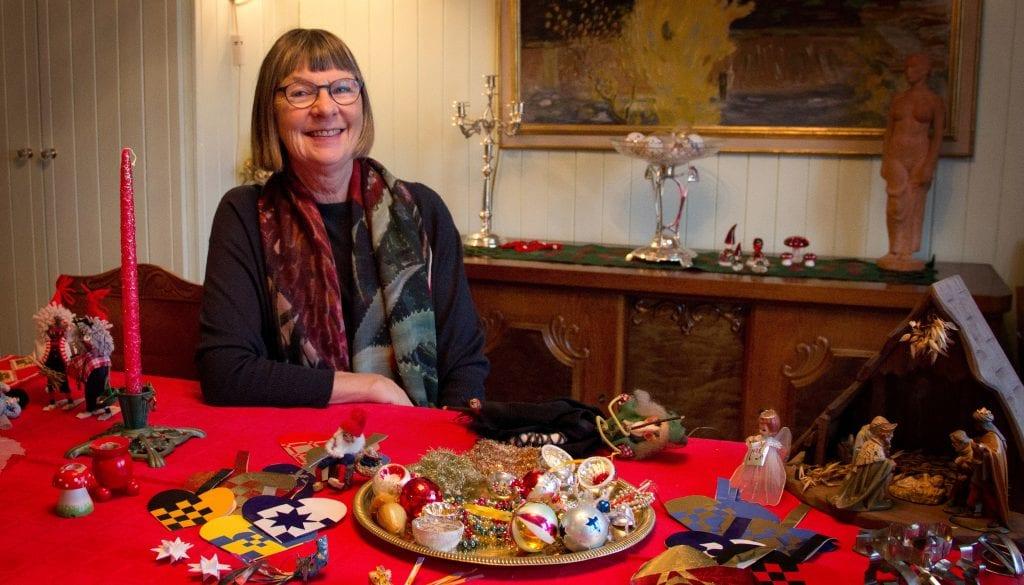 JULEPYNT: Ragnhild Løberg Høeg fryder seg når hun kan ta frem mormors julepynt igjen. Foto: Anne Skjøtskift