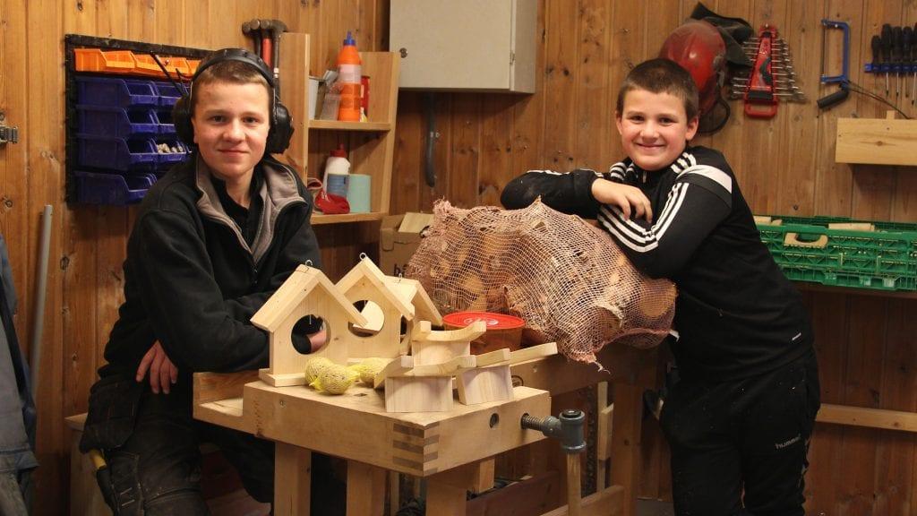 SELGERE: Erling (t.v.) og Even Jordet skal selge egne produkter i Julegata i Parkveien lørdag. Foto: Anne Skjøtskift