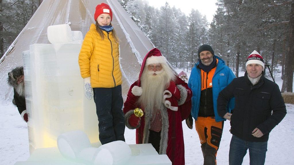 GLEDER SEG: Ine Nordseth Hektoen, Julenissen, iskunstner Peder Istad og Trond Ola Hektoen gleder seg til folk kommer til julemarkedet. Sotnissen gleder seg også når han tenker på all ugagnen han skal gjøre. Foto: Tore Rasmussen Steien