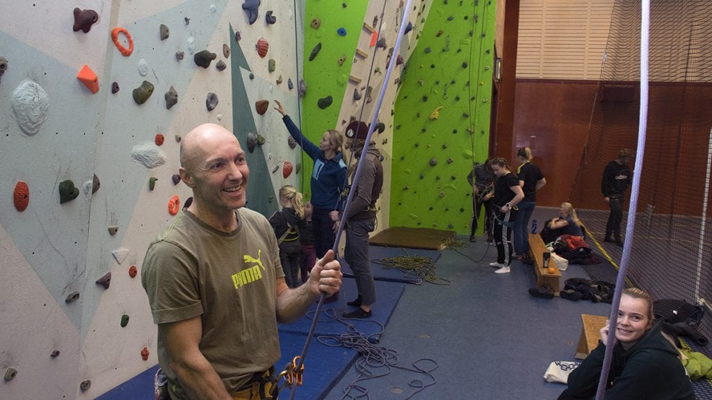 INTERESSEN ER DER: Trond Bjørkeng konstaterer at folk er interessert i klatring, nå er det bare å få dem med fast. Foto: Tore Rasmussen Steien