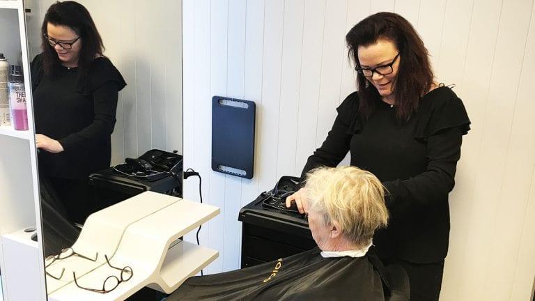 I GANG: Ann Kristin Wik Jordet opplever stor pågang etter at hun åpnet sin salong. Her er det Tove Kvilvang Opseth som har inntatt kunderollen. Foto: Jan Kristoffersen