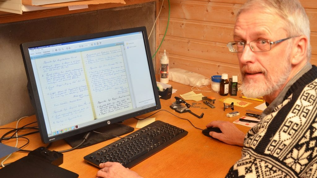 PROTOKOLLER: Her sitter Arild Alander med en protokoll fra mållaget i Tynset. Mye interessant stoff, mener Alander. Foto: Erland Ving lsgård