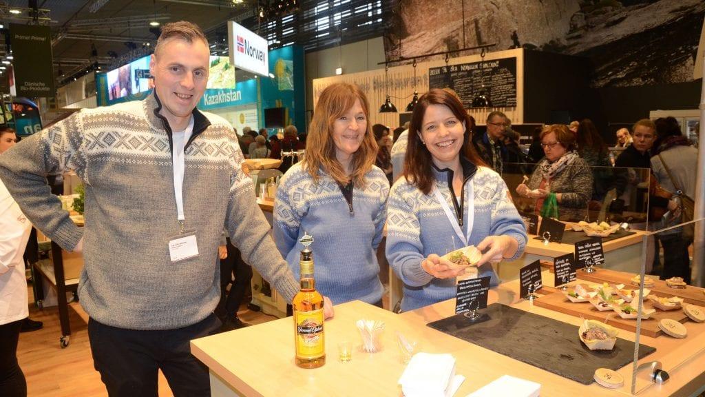 STAS: Lars Ola Johnsen, Jorunn Stubsjøen og Maren Solvang Johnsen sysnes det er stas å promotere Norge i Berlin. Foto: Erland Vingelsgård