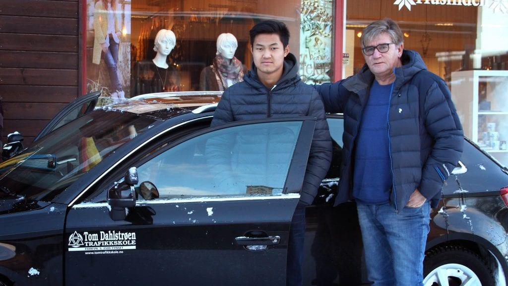 LANGTUR: Elev Anapat Wianghok og kjørelærer Tom Dahlstrøen er klare for langkjøring. Tom er glad for at det kommer nye regler for fravær i videregående skole. Foto: Anne Skjøtskift