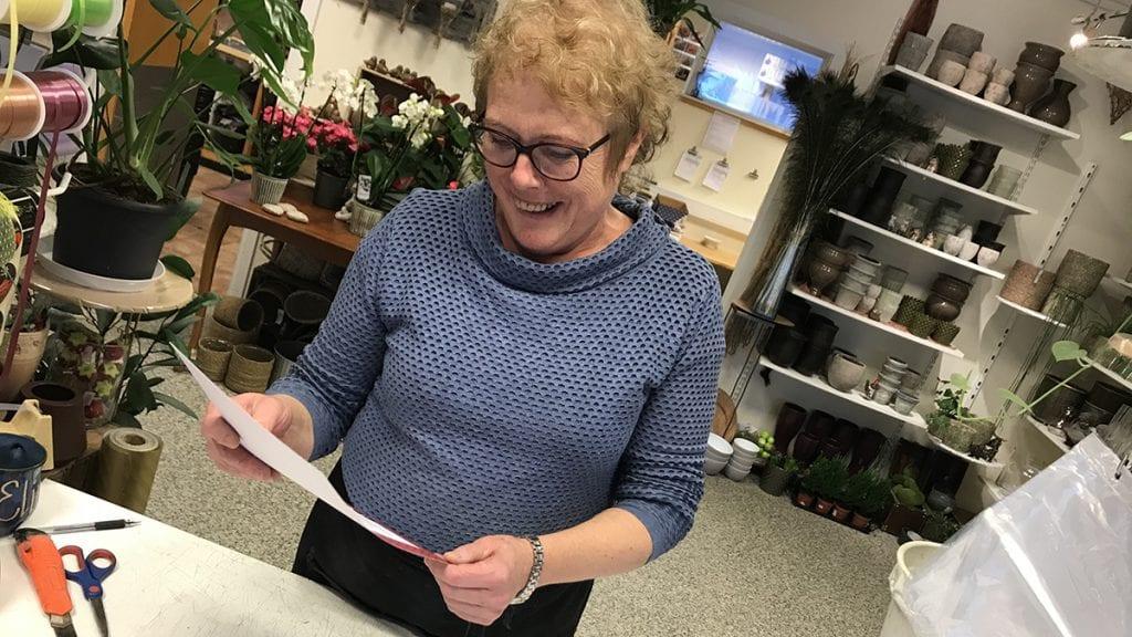 ÅRETS TYNSETING 2018: Her leser vinneren Elisabeth Jæger Rusten beviset på at hun vant kåringen. Foto: Jan Kristoffersen